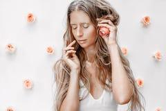 Ritratto del modello di moda con le rose e la polvere dorata Fotografie Stock Libere da Diritti