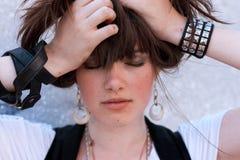 Ritratto del modello di moda Girl sui precedenti industriali Fotografia Stock