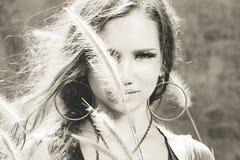 Ritratto del modello di modo Bella giovane donna all'aperto Fotografie Stock Libere da Diritti