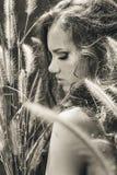 Ritratto del modello di modo Bella giovane donna all'aperto Fotografia Stock