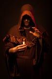 Ritratto del monaco irriconoscibile di mistero fotografia stock libera da diritti