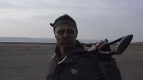 Ritratto del mostro pericoloso dello zombie con l'arco trasversale pesante in terreno incolto Concetto del carattere di orrore, m archivi video