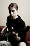 Ritratto del musicista con la chitarra bassa fotografia stock libera da diritti