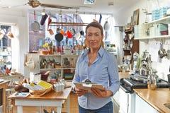 Ritratto del negozio di Standing In Cook della donna di affari Fotografie Stock