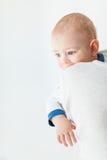 Ritratto del neonato adorabile che distoglie lo sguardo isolato su bianco fotografia stock libera da diritti