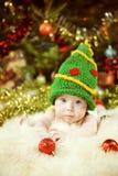 Ritratto del neonato, bambino neonato felice, bambino nel nuovo YE verde Fotografie Stock