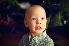 Ritratto del neonato davanti all'albero di Natale Immagine Stock