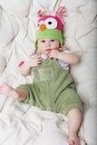 Ritratto del neonato di 5 mesi felice sveglio con il cappello divertente Fotografie Stock Libere da Diritti
