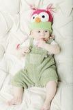 Ritratto del neonato di 5 mesi felice sveglio con il cappello divertente Immagini Stock Libere da Diritti