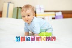 Ritratto del neonato sul letto. Concetto di compleanno. Immagini Stock