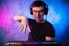 Ritratto del nerd divertente che lavora al computer immagine stock