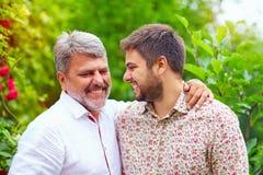 Ritratto del padre felice e del figlio che parlano all'aperto Come il padre gradica il figlio fotografia stock libera da diritti