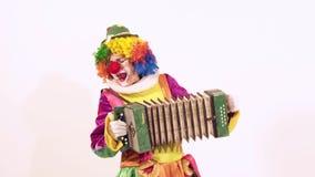 Ritratto del pagliaccio di circo in modo divertente che gioca entusiasta l'armonica archivi video