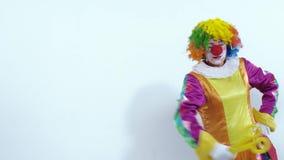 Ritratto del pagliaccio divertente che mostra le sue grandi forbici archivi video