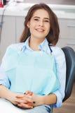 Ritratto del paziente felice in sedia dentaria fotografia stock