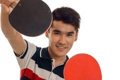 Ritratto del ping-pong di pratica del giovane sportivo allegro isolato su fondo bianco Fotografie Stock