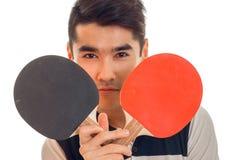 Ritratto del ping-pong di pratica del giovane sportivo bello isolato su fondo bianco Immagini Stock Libere da Diritti
