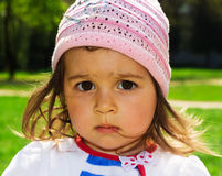 Ritratto del primo piano del bambino sveglio che pensa al parco Fotografia Stock