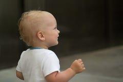 Ritratto del primo piano del bambino sveglio Neonato che gioca peek un fischio Copi lo spazio Immagine Stock