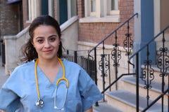 Ritratto del primo piano del professionista femminile sicuro e sorridente di sanità in cappotto bianco del laboratorio, fondo del Fotografie Stock