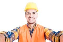 Ritratto del primo piano dell'ingegnere sorridente allegro che prende un selfie immagini stock libere da diritti