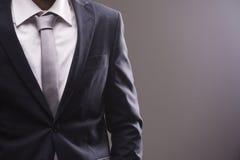 Ritratto del primo piano dell'uomo d'affari in camicia impiegatizia e del vestito con il legame immagini stock libere da diritti