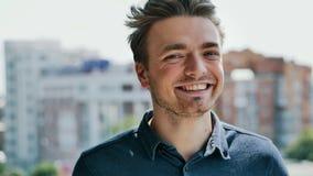 Ritratto del primo piano dell'uomo felice, sorridente e esaminante macchina fotografica stock footage