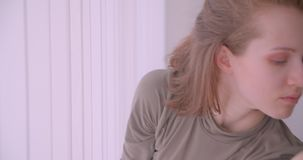 Ritratto del primo piano della ballerina professionista caucasica che balla vicino alla finestra che ? calma e concentrata in stu archivi video