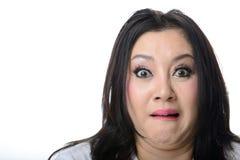 Ritratto del primo piano della donna asiatica spaventata e colpita isolata Immagini Stock