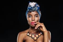 Ritratto del primo piano della donna attraente con la mano sulle labbra Fotografia Stock Libera da Diritti
