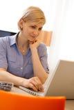 Ritratto del primo piano della donna con il computer portatile Fotografia Stock Libera da Diritti