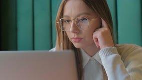 Ritratto del primo piano della donna di affari sorridente che lavora all'ufficio moderno e che usando lo schermo attivabile al ta stock footage