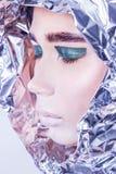 Ritratto del primo piano della donna graziosa avvolto in stagnola Fotografia Stock Libera da Diritti
