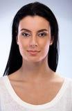 Ritratto del primo piano della donna sorridente attraente Immagini Stock Libere da Diritti