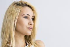 Ritratto del primo piano della donna sorridente caucasica attraente fotografia stock