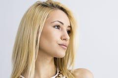 Ritratto del primo piano della donna sorridente caucasica attraente immagini stock