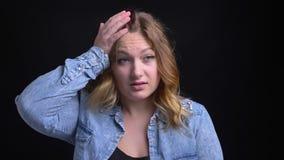 Ritratto del primo piano della femmina caucasica adulta con brevi capelli biondi che sono sollecitati e che gridano davanti alla  video d archivio
