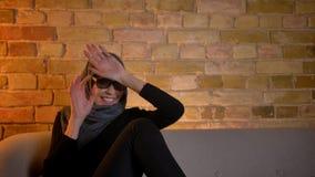 Ritratto del primo piano della femmina musulmana attraente adulta nel hijab che guarda un film 3D sulla TV che ottiene un jumpsca archivi video