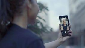Ritratto del primo piano della giovane donna con moderno archivi video