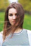 Ritratto del primo piano della giovane donna in parco di estate fotografia stock libera da diritti