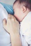 Ritratto del primo piano della madre che allatta al seno il suo neonato con la b Fotografia Stock