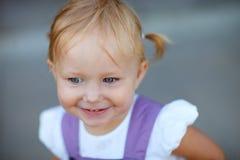 Ritratto del primo piano della ragazza allegra adorabile Fotografia Stock Libera da Diritti