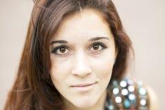 Ritratto del primo piano della ragazza attraente che esamina macchina fotografica fotografie stock libere da diritti