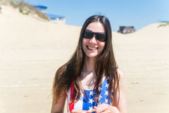 Ritratto del primo piano della ragazza sensuale sulla spiaggia in costume da bagno U.S.A. Fotografie Stock Libere da Diritti