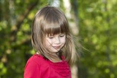 Ritratto del primo piano della ragazza sorridente graziosa sveglia del bambino con gli occhi grigi ed i capelli giusti lunghi sul fotografie stock libere da diritti