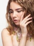 Ritratto del primo piano della ragazza teenager con la collana del fiore Fotografia Stock Libera da Diritti