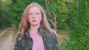 Ritratto del primo piano della ragazza triste abbastanza adolescente che esamina macchina fotografica Bambino sorridente felice b archivi video