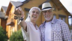 Ritratto del primo piano delle coppie invecchiate con le chiavi della casa stock footage