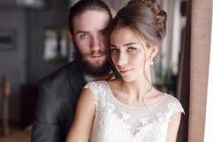 Ritratto del primo piano dello sposo e della sposa che esamina la macchina fotografica immagini stock libere da diritti
