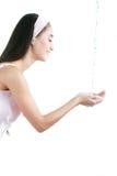 Ritratto del primo piano di bella donna che lava il suo spirito pulito del fronte Fotografia Stock